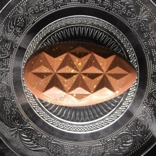 Vollmilch-Schokoladentafel mit Gianduja-Füllung in Ei-Form