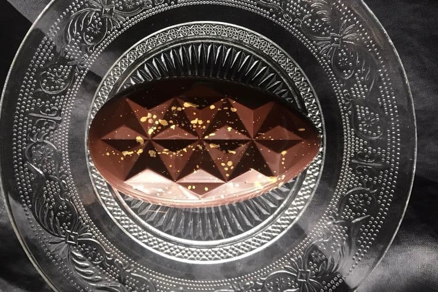 Zartbitter-Schokoladentafel mit Gianduja-Füllung in Ei-Form