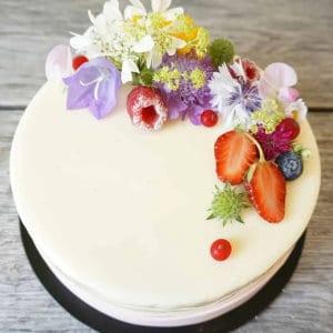Weiße Spiegelglasur mit Beeren & Blüten